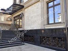 гранітний цоколь будинку